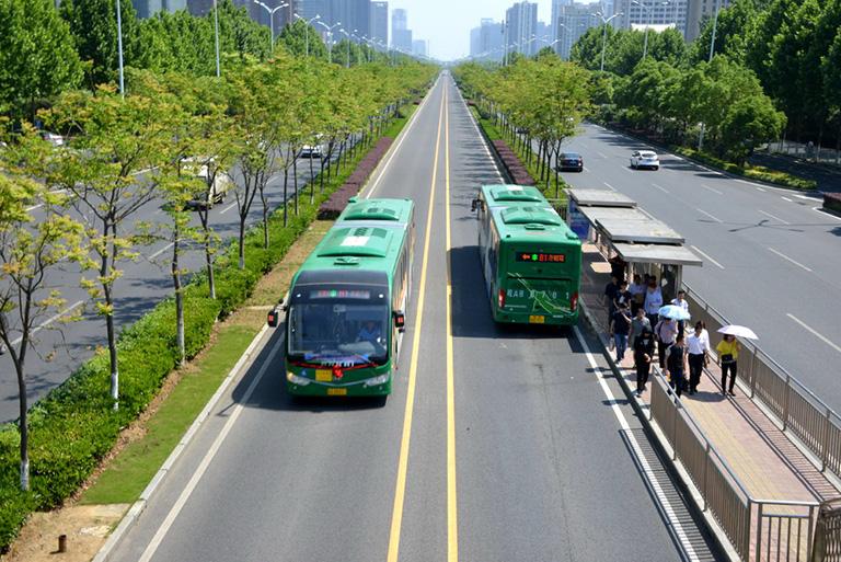"""而在新能源客车方面,合肥市作为全国首批""""十城千辆""""试点城市,对于新能源客车的推广使用更是处于全国领先地位。2010年,世界首条纯电动公交线路——合肥18路正式启动运营,30辆安凯纯电动客车在该线路上正式投入运营,如今,该线路已成功运营长达8年,运营表现良好。"""